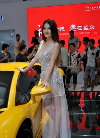 模特干露露,桂晶晶亮相泉州南安国际车展图片