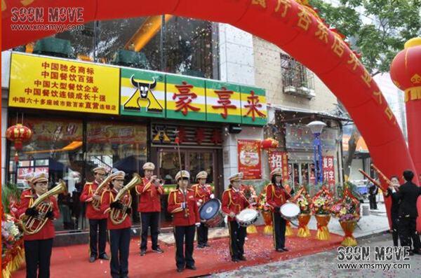 军乐队演奏由铜管乐演奏,木管乐演奏,打击乐演奏组成,乐器主要有长笛